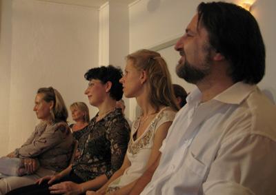 Movimento München - Interessiertes Publikum beim Hauskonzert