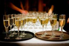 Movimento München - Gläser mit Champagner zurm Empfang