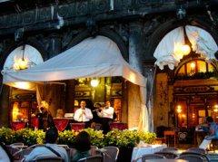 Movimento München - Musiker vor romantischer Restaurant-Kulisse