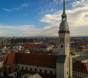 """München - Blick vom Rathausturm auf den """"Alten Peter"""" hinüber zu den Bergen"""