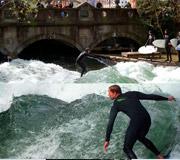 München - Die Surfer am Eisbach haben immer viele Zuschauer