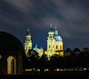 München - Blick aus dem Hofgarten auf die beleuchtete Theatinerkirche bei Nacht